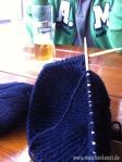 Und am Ende des schönen Tages gönnt sich Herr Maschenkunst ein Bier während ich noch ein Paar Ründchen stricke:-)